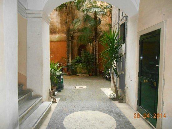Pantheon Inn: patio interno