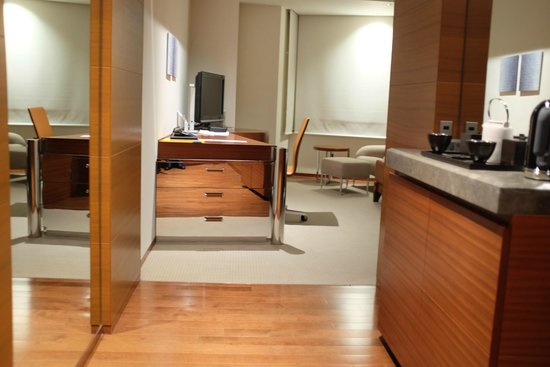 Grand Hyatt Tokyo: Large working area with many drawers