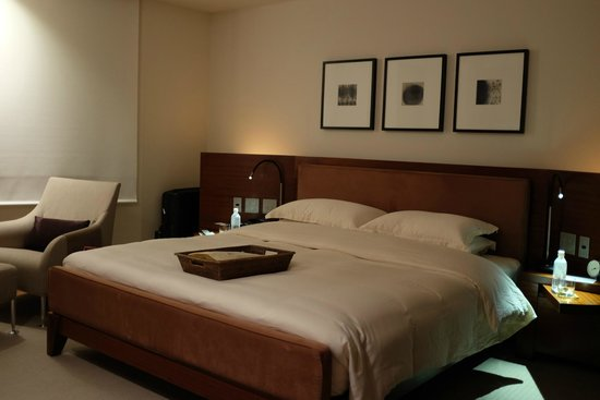 Grand Hyatt Tokyo: Spacious bed with super pillows and comfortable blankets