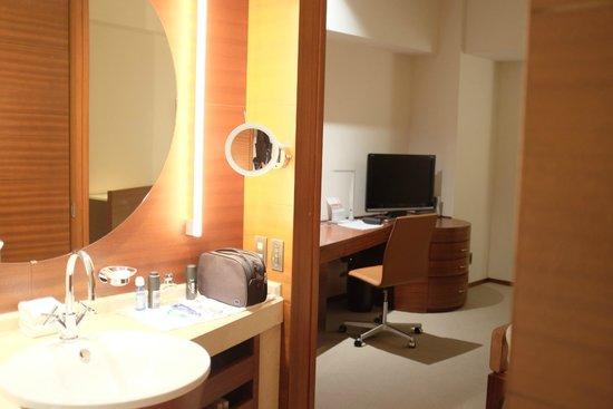 Grand Hyatt Tokyo: Room as seen from bathroom