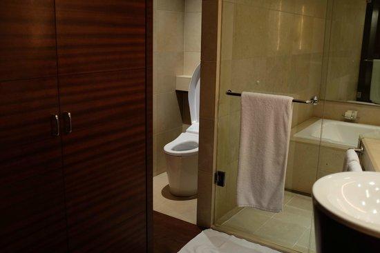 Grand Hyatt Tokyo: Separate Japanese toilet