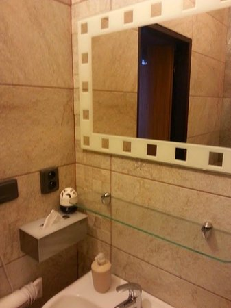 Davids Apartments: Ванная - есть бумажные салфетки, мыло, бумага