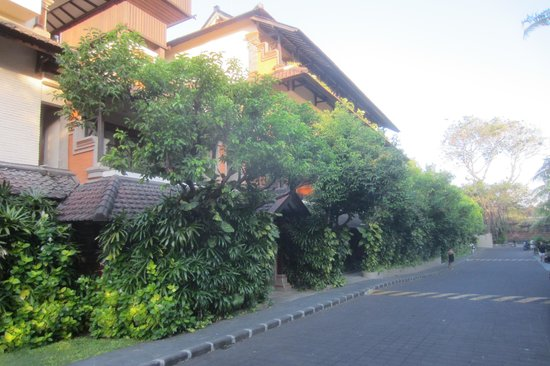 Legian Beach Hotel: 4 floor Hotel rooms, right on driveway
