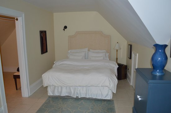 Grey Gables Inn Bed and Breakfast: Master bedroom with Queen bed