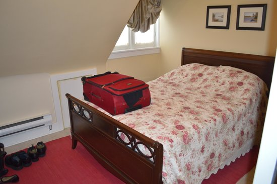 Grey Gables Inn Bed and Breakfast: Smaller bedroom with double bed, comfortable