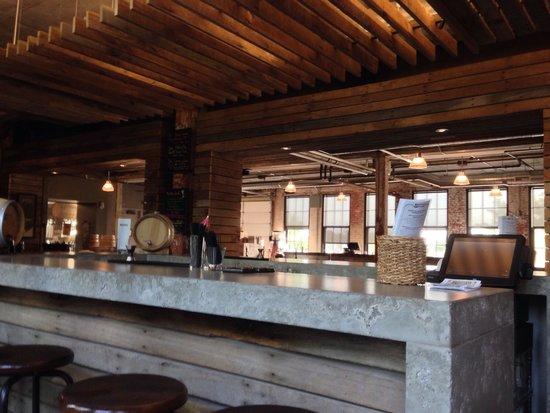 Journeyman Distillery : Le bar et la salle