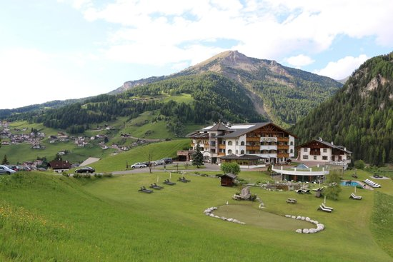 Granvara Relais & Spa Hotel: This is the hotel, as seen from the road that goes straight to it