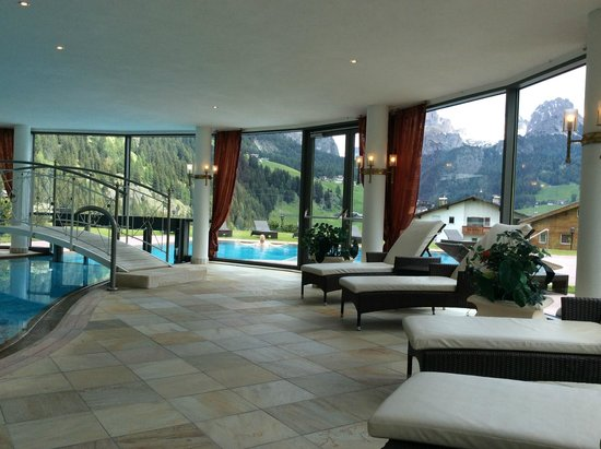 Granvara Relais & Spa Hotel : More of the pool area with a better view of the mountains in the back)
