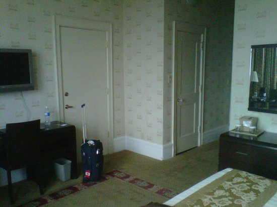 The Congress Plaza Hotel and Convention Center: Bedroom desk and closet