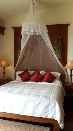 Layalina Hotel: Not so large King Bed in Suite Room