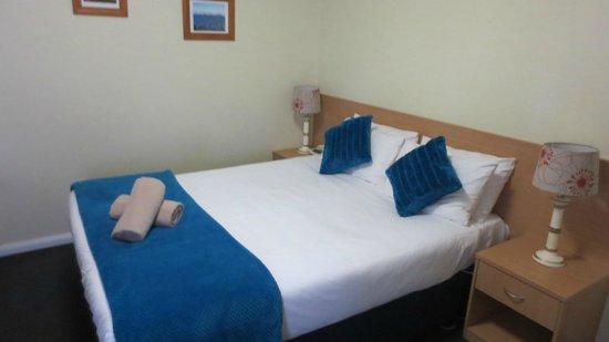 Sky Rider Motor Inn: Bed