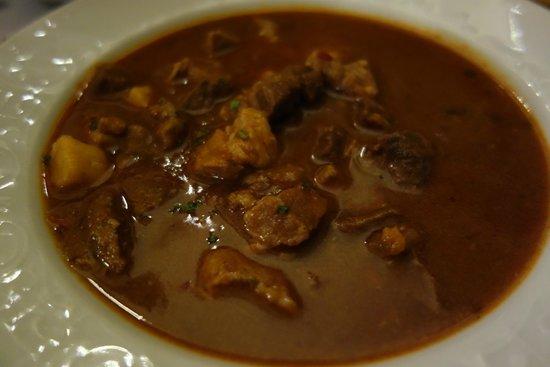 Stari Fijaker 900 : Slavonski cobanac Slavonian shpherd's stew (beef, pork, veal, vension)