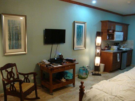 Tamarind Reef Resort, Spa & Marina: Room #114, looking toward kitchenette