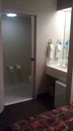Sleep Inn Moab: Cramped bathroom, pocket door took force to close. Separate vanity area.