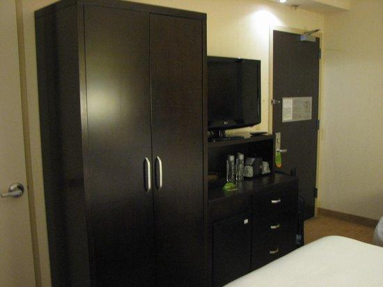 Courtyard New York Manhattan/SoHo: Closet, mini-fridge and drawers