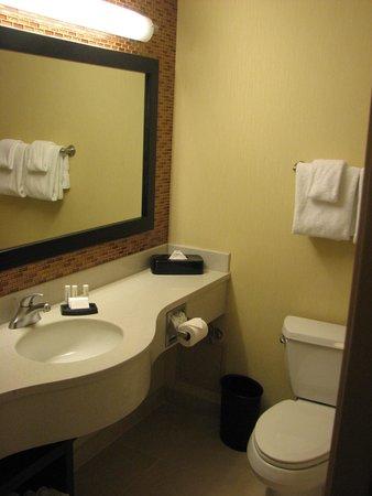 Courtyard New York Manhattan/SoHo: good bathroom with plenty of vanity space