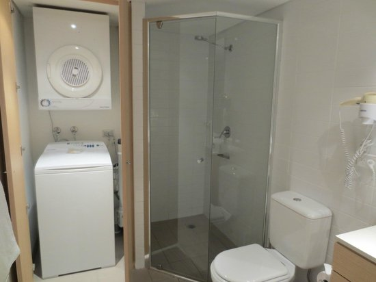 Adina Apartment Hotel Wollongong: Shower and laundry in bathroom