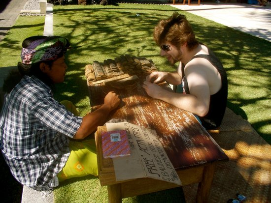 Rama Candidasa Resort & Spa: Learning to draw on palm leaves