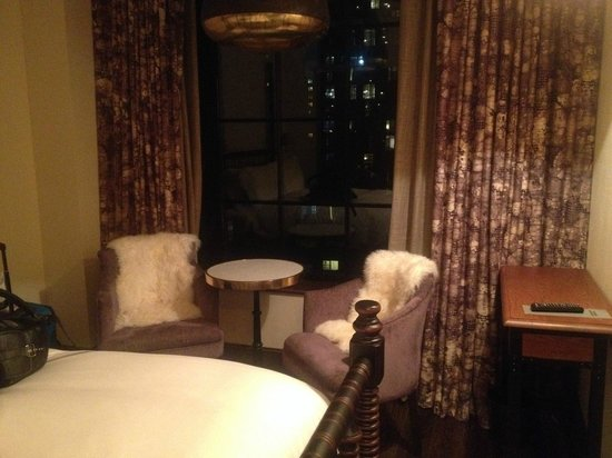 The Ludlow New York City: Sitting area next to bed