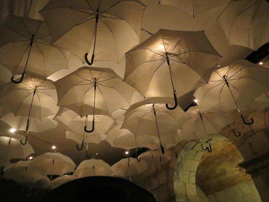 Paladar 1900: En uno de los ambientes, la iluminación atraviesa los paraguas, se ve precioso!