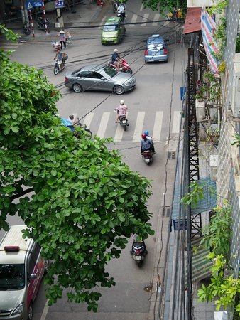 Hanoi City Hostel : The busy street below, gets a little noisy but after a whole day of walking/sight-seeing, who ca