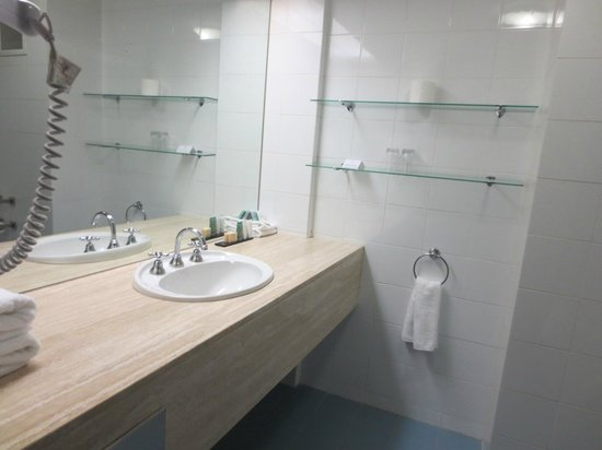 Rydges Capital Hill Canberra: Dated bathroom fittings