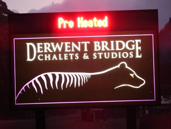 Derwent Bridge Chalets & Studios: Sign outside reception