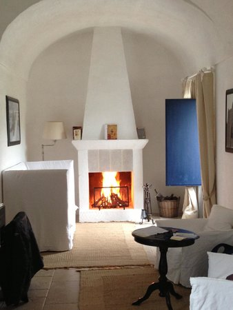 Masseria Torre Maizza: Fireplace in the room