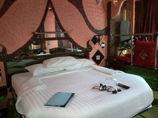 Penthouse Hotel: Bed with mirrors
