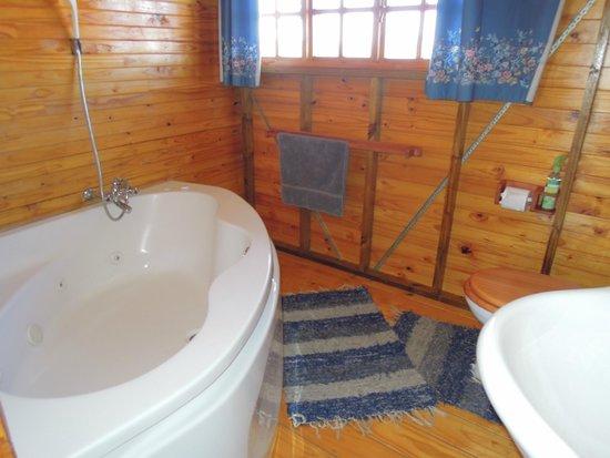 Nullarbor Cottages: Bathroom with corner jet-bath cottage 8 Mali
