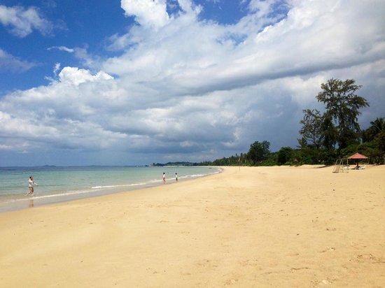 Bintan Lagoon Resort : Beautiful white sand beach.