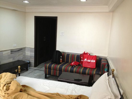 Hotel Adarsh Palace: Spacious yet noisy and dirty room