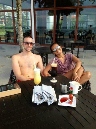 Bintan Lagoon Resort : Dining at the restaurant facing the beach.
