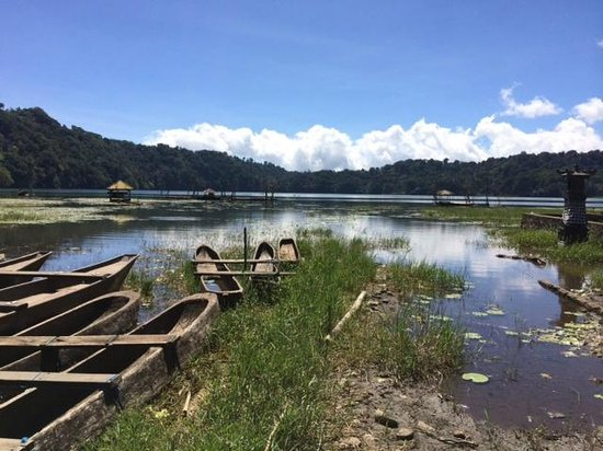Munduk Wilderness - Day Tours: About to canoe around the lake
