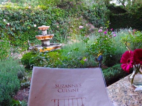 Suzanne's Cuisine : Garden setting