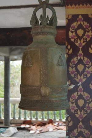 Big Buddha Temple (Wat Phra Yai) : Large prayer bell around Big Buddha statue
