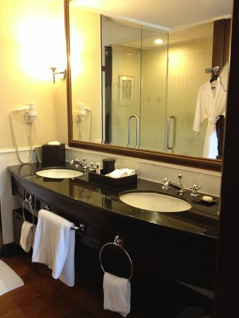 Sofitel Phnom Penh Phokeethra : Bathroom with wardrobe