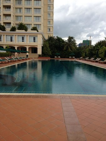 Sofitel Phnom Penh Phokeethra : Swimming at ground level