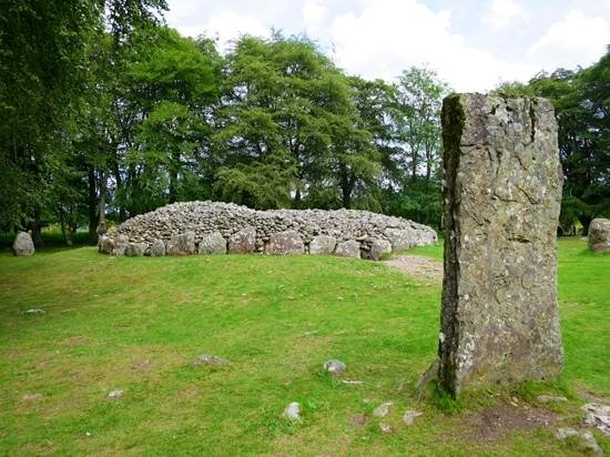 Clava Cairns: Standing stone and mound.