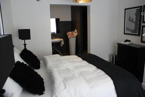 Huis van Bewaring: Bedroom example from the Guard House.  TV, WIFI, large bath ...