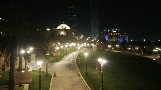 Emirates Palace: Night view in front of the entrance