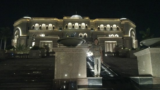 Emirates Palace: Waterfall cascade in front of the entrance