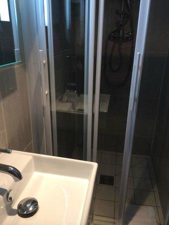 Hotel Mirabeau Eiffel: Душевая с хорошим душем
