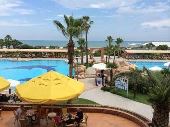 Maritim Pine Beach Resort: вид из ресторана  на  бассейны и   море