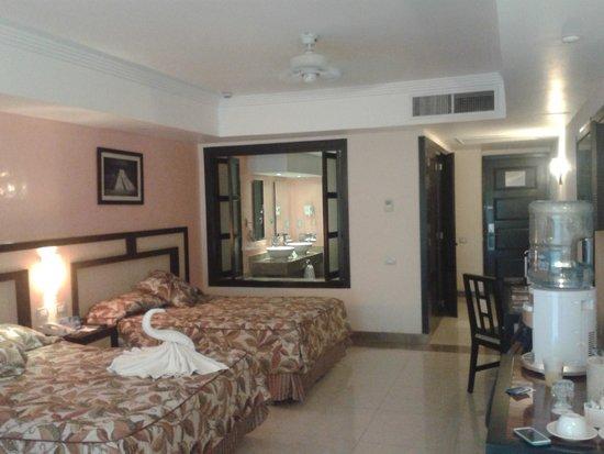 Sandos Playacar Beach Resort : ¡Esa ventana loca!
