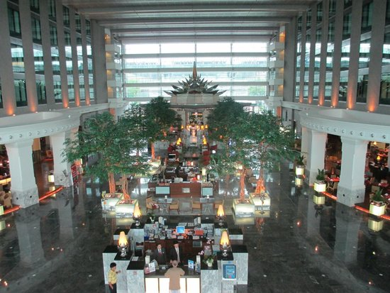 Novotel Bangkok Suvarnabhumi Airport: Atrium on first level with selection of restaurants and bars