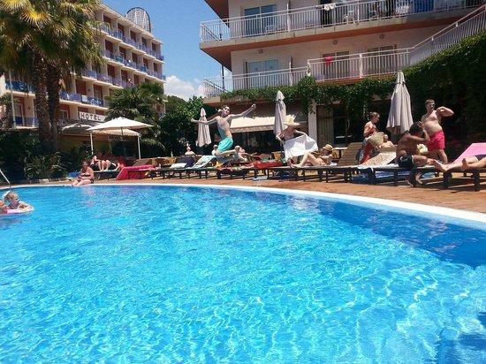Hotel Acapulco Lloret de Mar: Замечательный дворик с бассейном :)