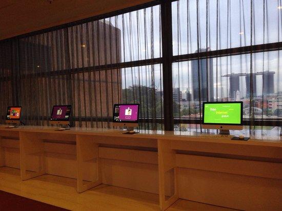 Novotel Singapore Clarke Quay : mac on lobby