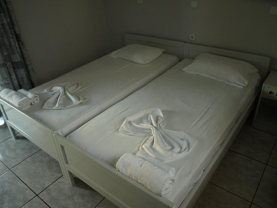 Hotel Kleopatra: 3persons room beds
