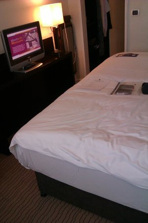 Mercure Manchester Piccadilly Hotel : Bed and TV